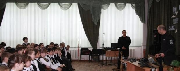 Сотрудники ОМОНа заменили в школе Новосибирска учителей