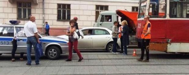 Трамвай сбил женщину с четырехлетним малышом в Новосибирске