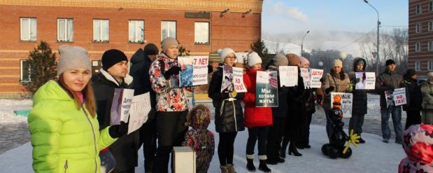 Жители Новосибирска вышли на пикет против черного снега