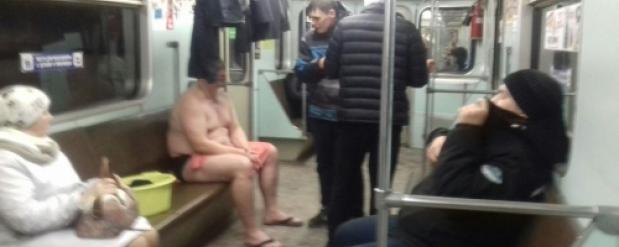 Парень в полотенце и с тазиком шокировал пассажиров метро в Новосибирске