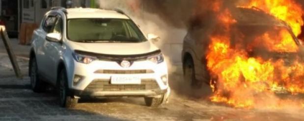 В Новосибирске возле Центрального рынка огонь повредил четыре автомобиля