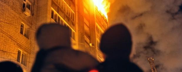 В Новосибирске 25 человек спасли из горящего дома