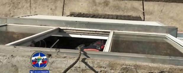 Спасатели в Новосибирске дважды вызволяли запертых на балконе девушек